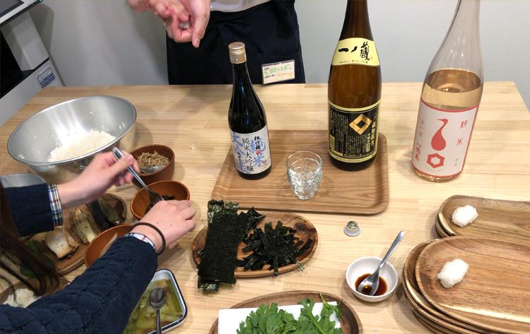 雅楽×箏×野菜寿司×それを肴に日本酒を飲みまくる会 みんなで寿司を握る様子