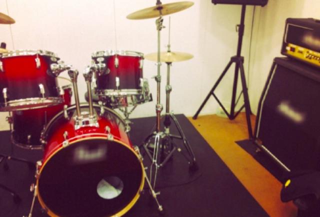 音楽スタジオでの楽器練習